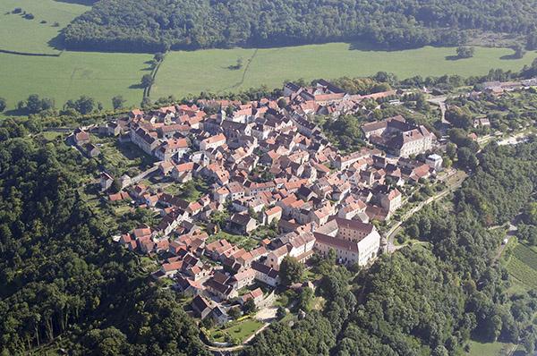 flavigny_sur_ozerain_vu_du_ciel_hd_ii_mairie_600