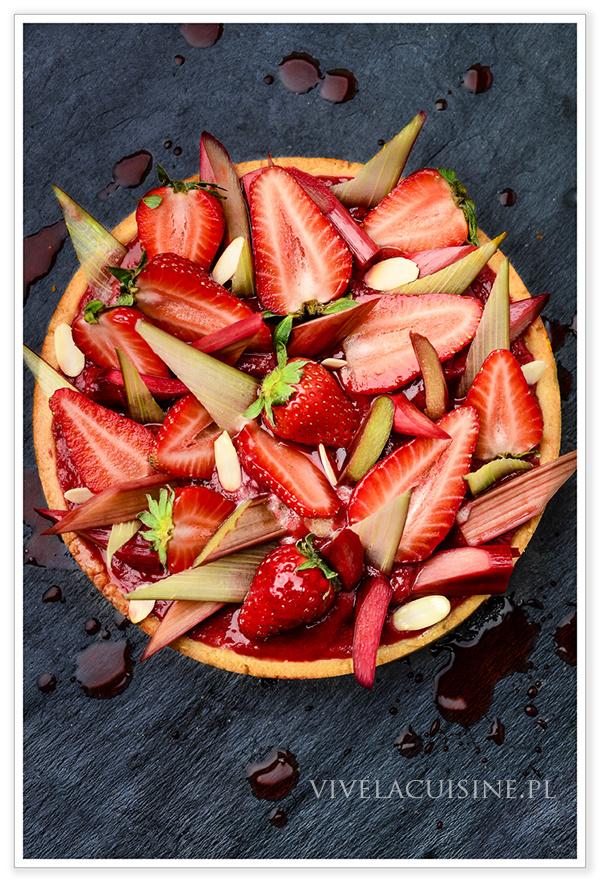 vivelacuisinepl_tarte_a_la_rhubarbe_fraises_et_amandes__claire_heitzler_600px__882